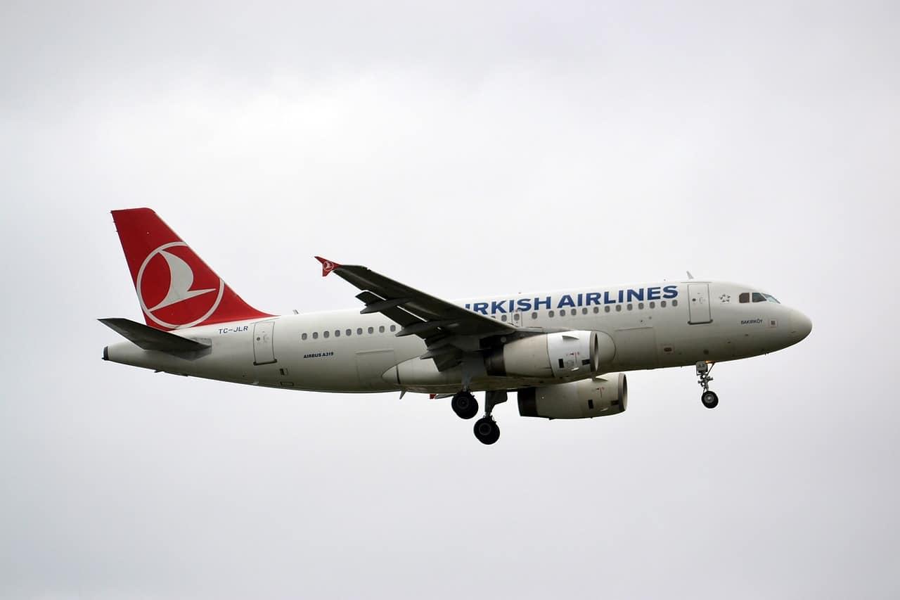 Самолёт летит в облаках, Turkish Airlines
